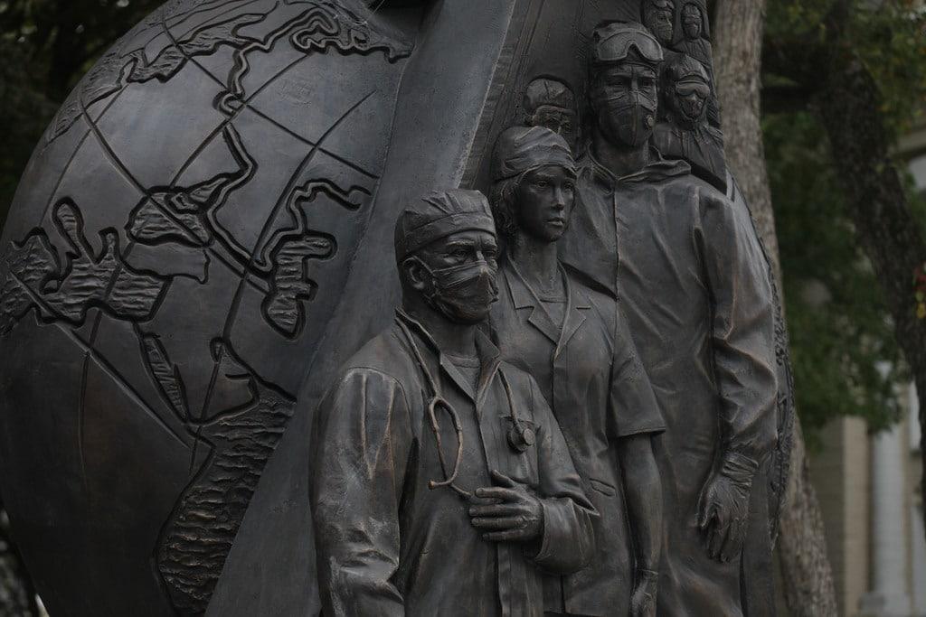Открыт монумент «Подвигу медицинских работников в борьбе с COVID-19»